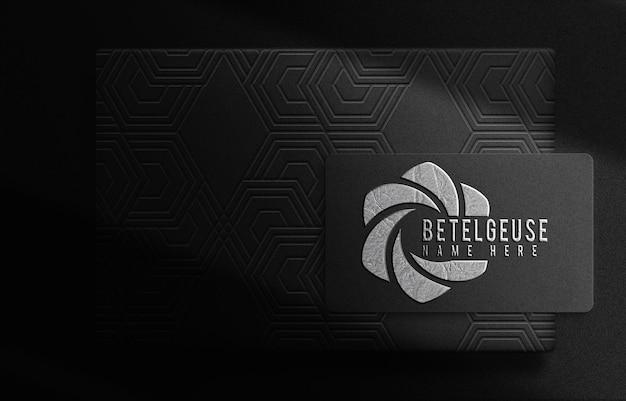 Scatola di lusso betelguese in argento laminato e biglietto da visita in rilievo mockup