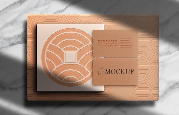 Mockup in rilievo con scatola di lusso e biglietto da visita