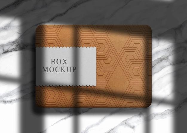 Mockup di scatola in rilievo di carta marrone di lusso
