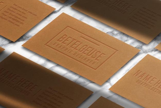 Modello di vista prospettica di biglietto da visita in rilievo di carta marrone di lusso con sfondo di marmo