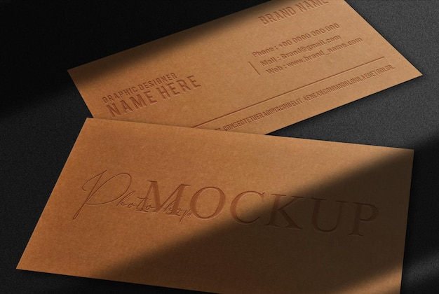 Mockup di biglietti da visita in rilievo di carta marrone di lusso