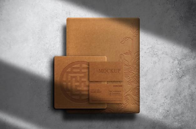 Carta goffrata di lusso in carta marrone e mockup di biglietti da visita