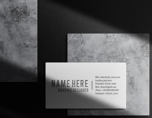 Lusso primo piano modello di biglietto da visita con logo in rilievo nero vista dall'alto