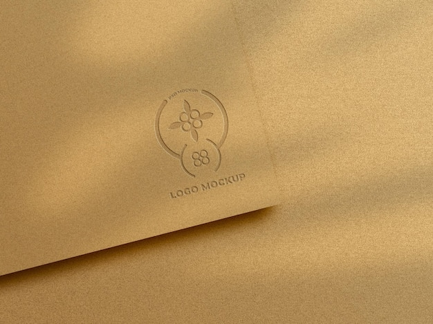 Mockup logo di lusso in lamina d'oro in rilievo su carta dorata