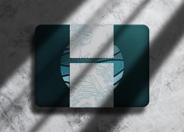 Scatola di pavone in rilievo di lusso con sigillo mockup