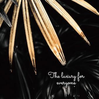 Il lusso per tutti su una risorsa di design di sfondo con foglie di palma dorate
