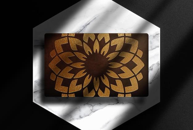 Scatola di lusso in pelle goffrata con mockup di podio in marmo