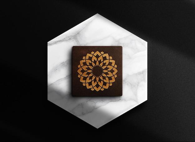 Scatola di lusso in pelle goffrata in oro con mockup di podio in marmo
