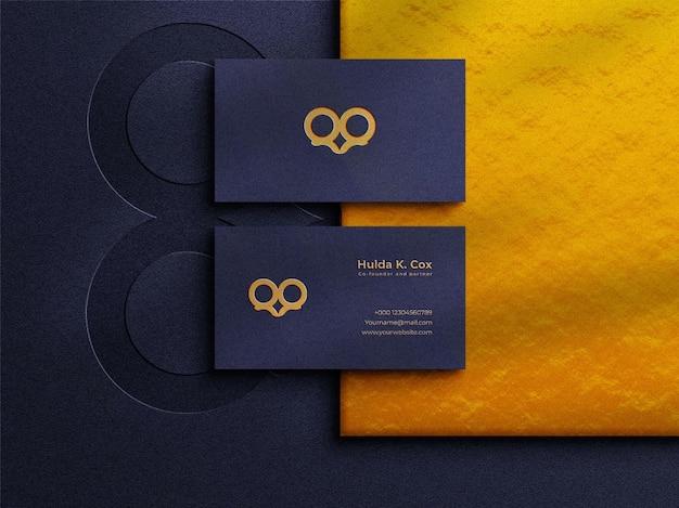Modello di logo di lusso su biglietto da visita orizzontale con effetto lamina d'oro