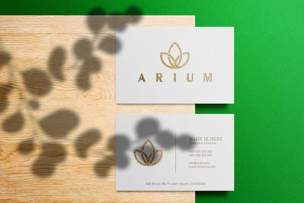 Mockup di logo di lusso sul biglietto da visita bianco