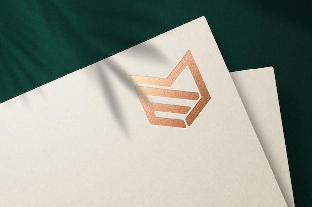 Mockup logo di lusso con effetto impresso su carta crema premium psd