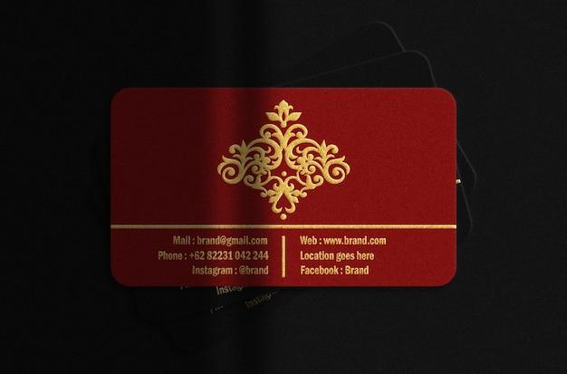 Carta busines rossa e nera di lusso con mockup in rilievo oro