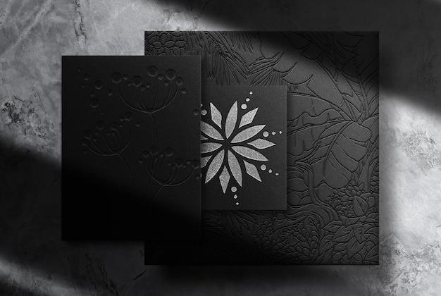 Scatola di carta goffrata argento di lusso e mockup di biglietti da visita