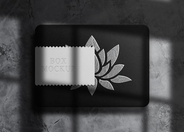Mockup di scatola in rilievo in argento di lusso