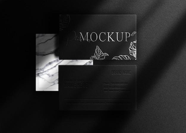 Vista dall'alto del biglietto da visita mockup con logo in rilievo in lastra d'argento di lusso con podio in marmo