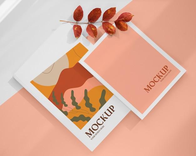 Mockup di rivista con piante sopra la vista