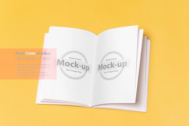 Il maschio passa in possesso di un libro chiuso con mockup copertina vuota Psd Premium