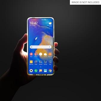 Uomo che tiene lo smartphone in mano