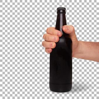 La mano dell'uomo tiene la birra marrone fredda in bottiglia isolata.