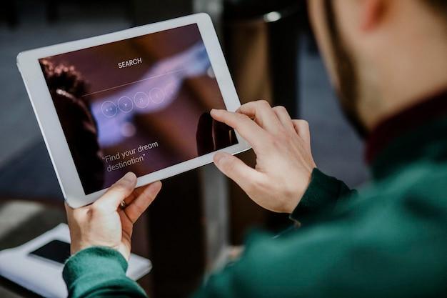 Uomo che utilizza un mockup di schermo per tablet digitale