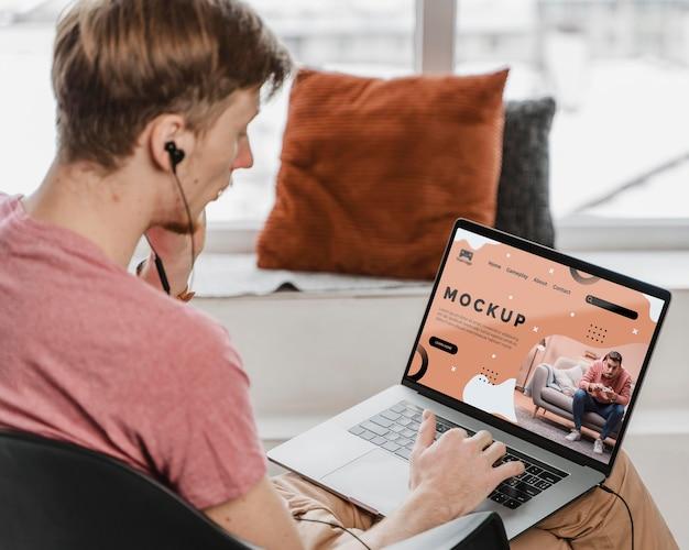 Uomo che utilizza laptop