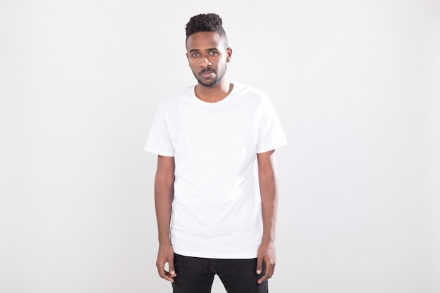 Uomo che indossa camicie mockup design