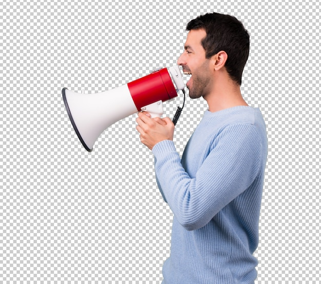 Uomo con maglione blu che grida attraverso un megafono