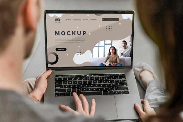 Uomo e donna che per mezzo del computer portatile