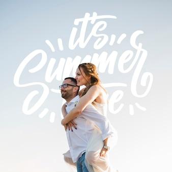 Colpo medio di coppia felice lateralmente