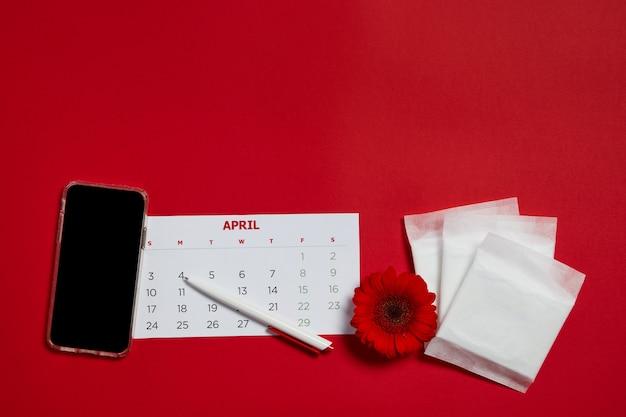Cuscinetti mestruali e fiore rosso