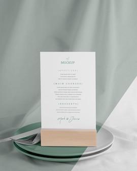 Mock-up menu con piatti e posate