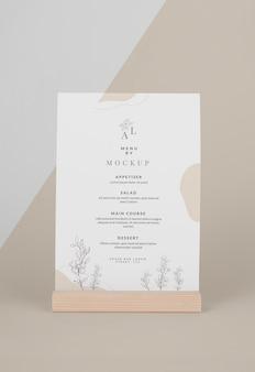 Mock-up menu con supporto in legno