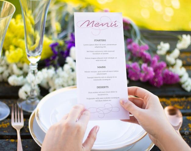 Menu sul tavolo primaverile mock up