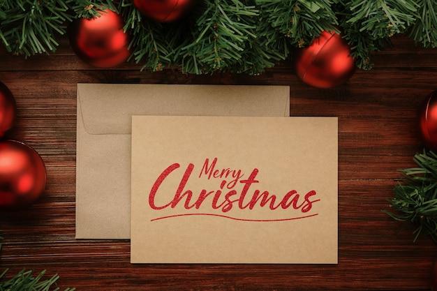Biglietto di auguri di buon natale e mockup di busta