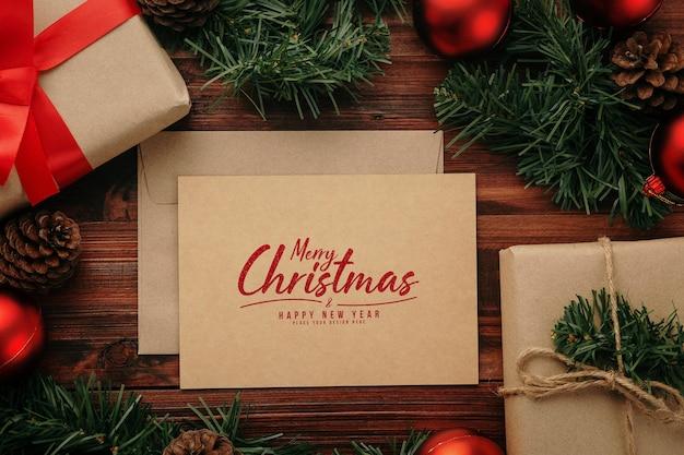 Mockup di cartolina d'auguri di buon natale con decorazioni di regali di natale