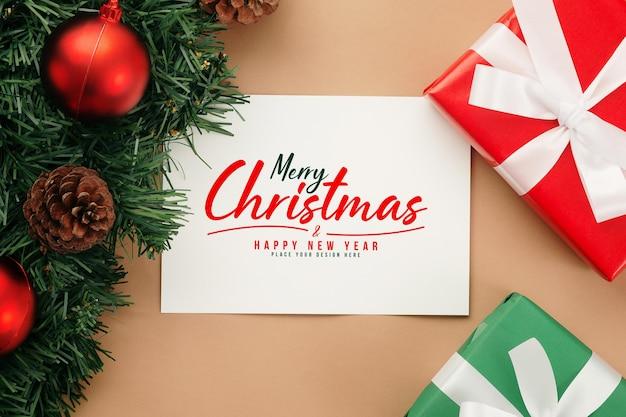 Mockup di cartolina d'auguri di carta kraft di buon natale