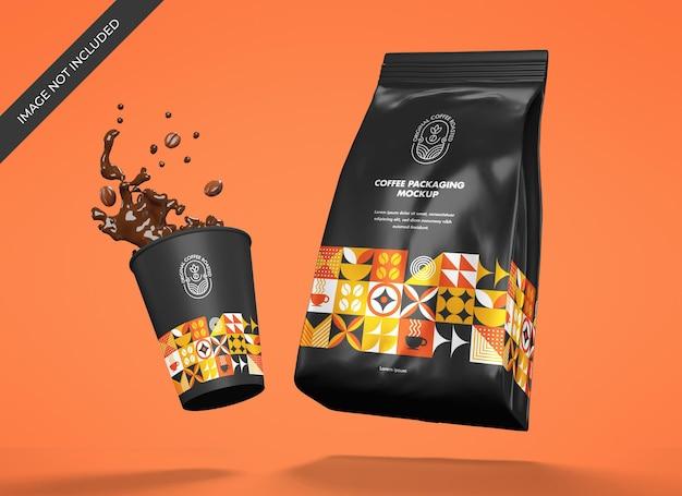 Mockup di sacchetto di caffè metallico con tazza
