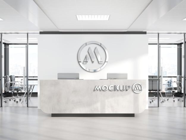 Logo metallico sulla reception dell'ufficio room mockup