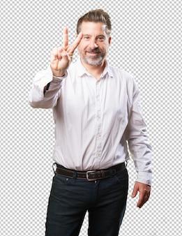 Uomo di mezza età che fa numero due