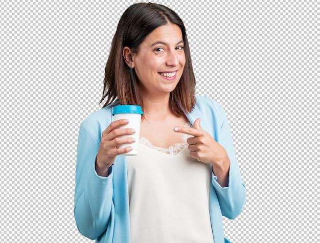 Donna di mezza età allegra e vitale, in possesso di un caffè per andare, portare via bevande, concetto di energia, concentrazione e duro lavoro