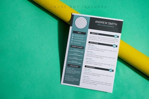 Mockup brochure minimal sopra sfondo verde giallo