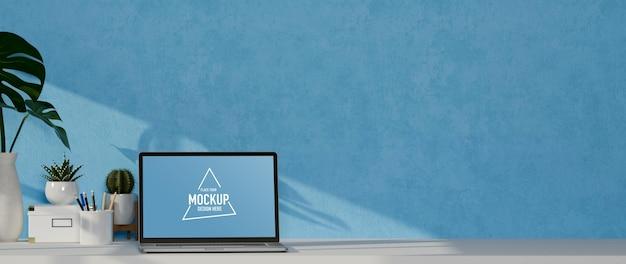 Scrivania per computer minimale con monitor mockup