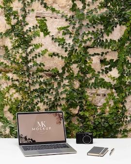 Design minimale della scrivania con mockup del dispositivo