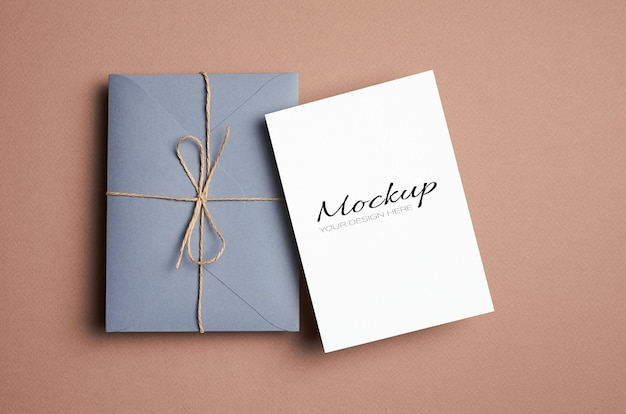 Modello di carta stazionaria in stile minimal con busta su sfondo di carta beige