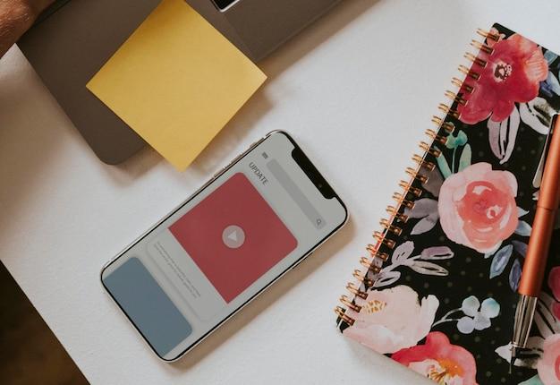 Mockup dello schermo del telefono cellulare da un libro floreale