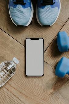 Schermo del telefono cellulare e mockup di articoli sportivi