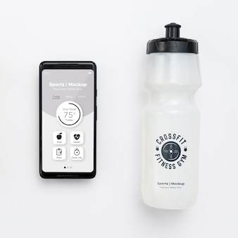 Cellulare con bottiglia d'acqua