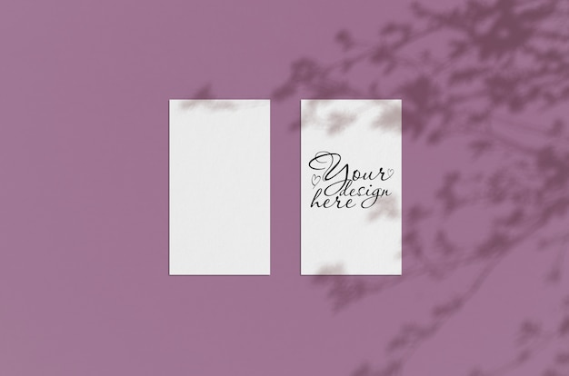 Manichino di fogli di carta bianca con ombre vegetali