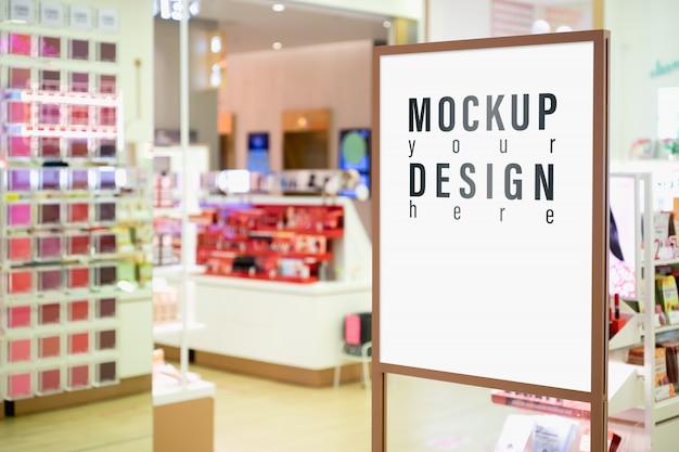 Manichino del segno verticale con negozio di cosmetici offuscata. Psd Premium
