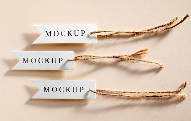 Cartellini dei prezzi bianchi mock-up appesi